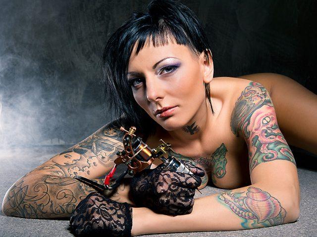 Frauen mit Tattoos